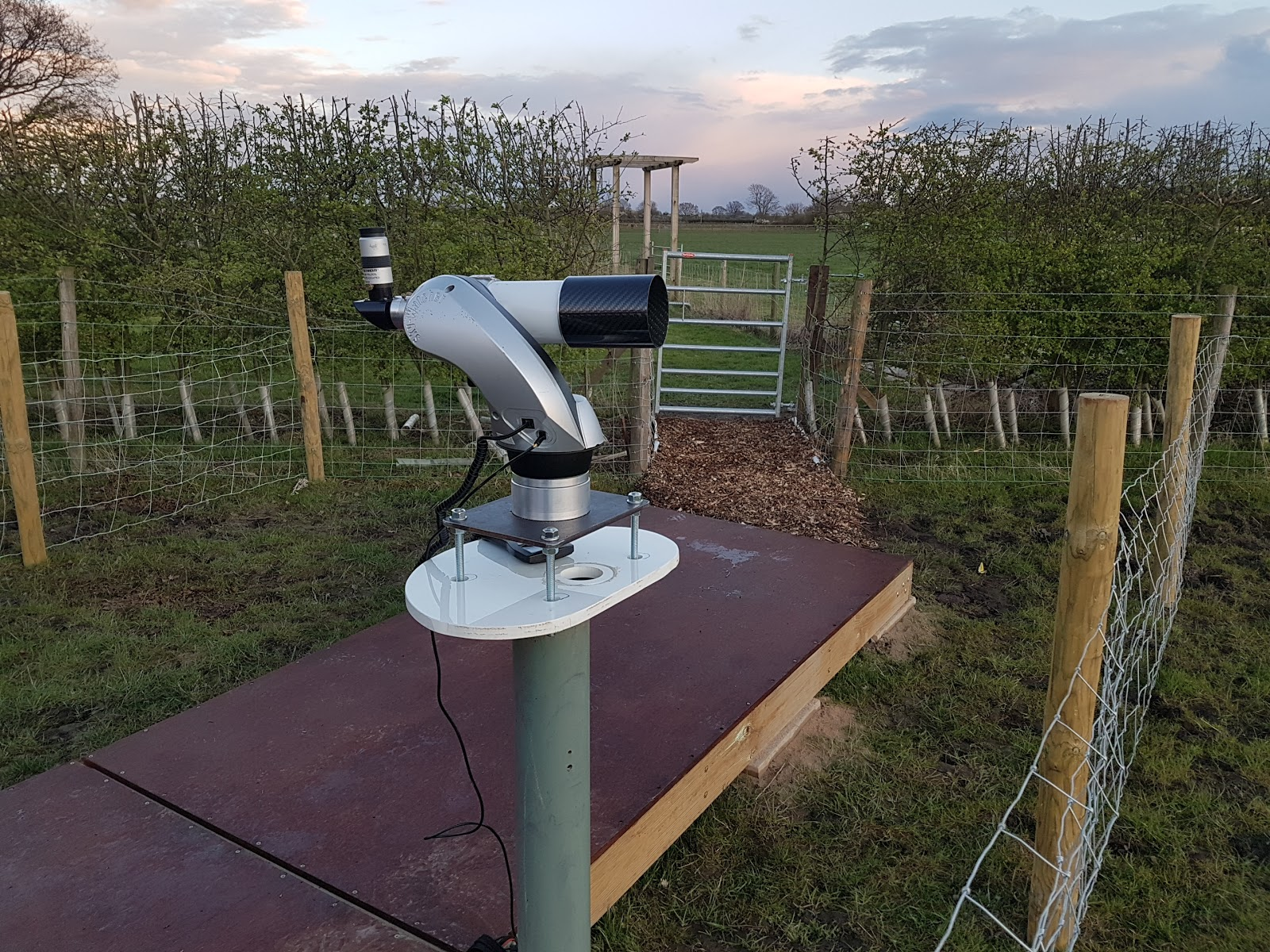 Crescent moon tracking telescope